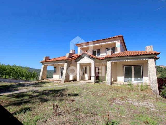 Detached house 4 bedrooms c/1400 square plot in quiet area close to the Centre of Leiria
