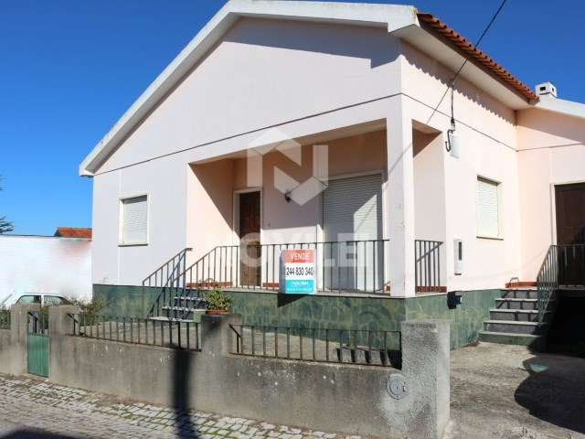 Detached house 3 bedrooms of basement and ground floor with attached Warehouse with 1610m2 of land very close to the city centre of Leiria