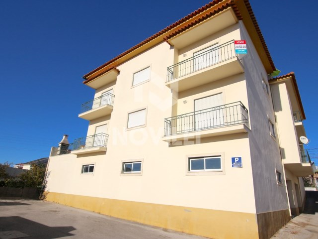 Apartment T3 booked in small building close to the Centre of Leiria garage