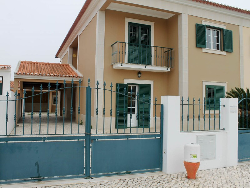 House 4 bedrooms with attached garage, Still in Almeirim, for sale
