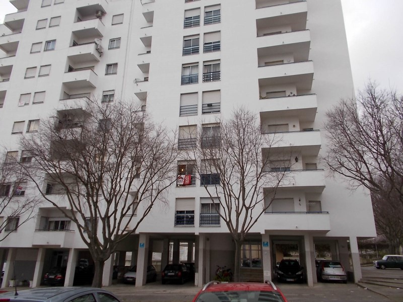 3 bedroom apartment with good areas and parking, close to the Health Centre in Santarem, for sale
