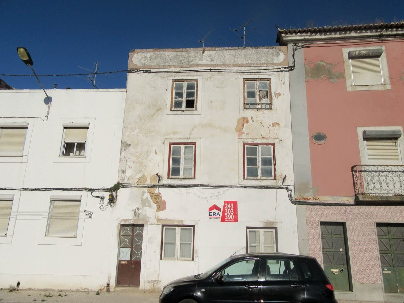 3-storey building with 2 Fronts, in Ribeira de Santarem, for sale