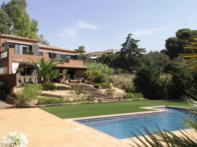 Villa with pool 35 km from Barcelona