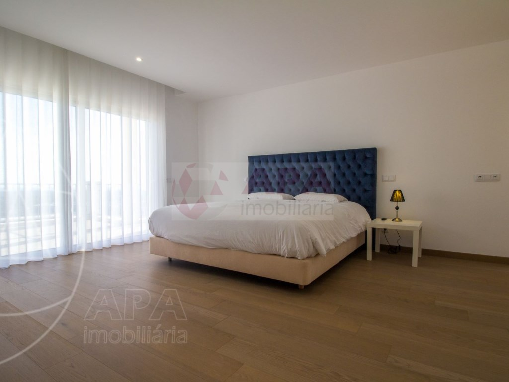 4 Bedrooms House in Santa Bárbara de Nexe (29)