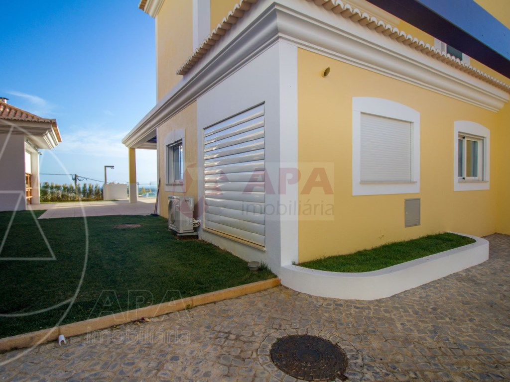 4 Bedrooms House in Santa Bárbara de Nexe (43)