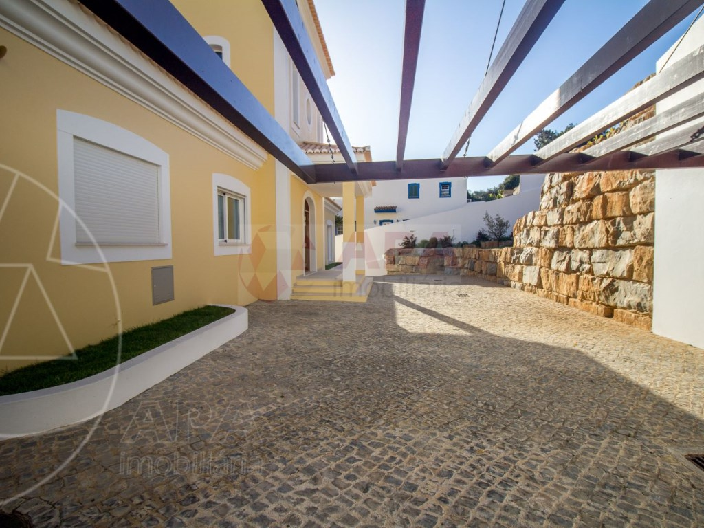 4 Bedrooms House in Santa Bárbara de Nexe (44)