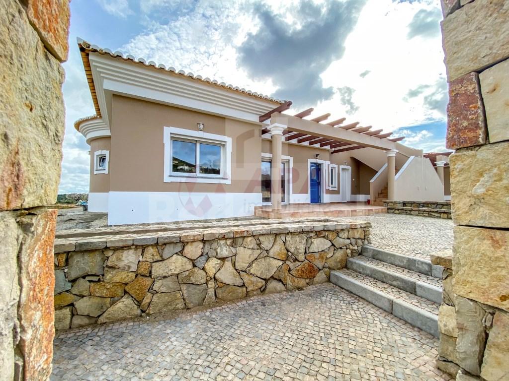 3 Bedrooms + 1 Interior Bedroom House in Santa Bárbara de Nexe (30)