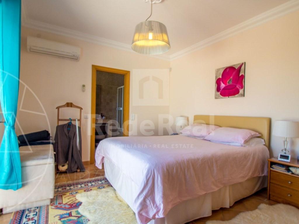 4 bedroom villa with pool in Santa Bárbara de Nexe (29)