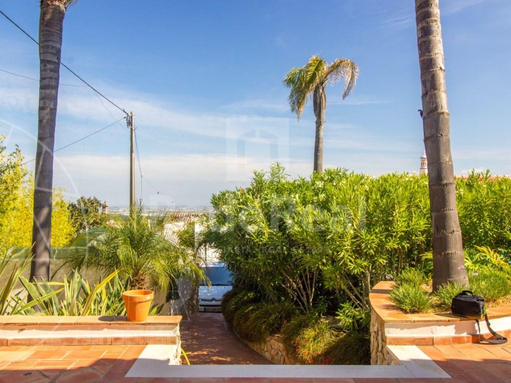 4 bedroom villa with pool in Santa Bárbara de Nexe (37)