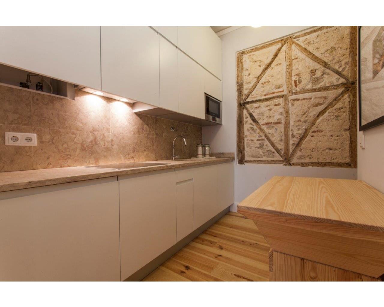 cozinha com 'gaiola' pombalina à vista