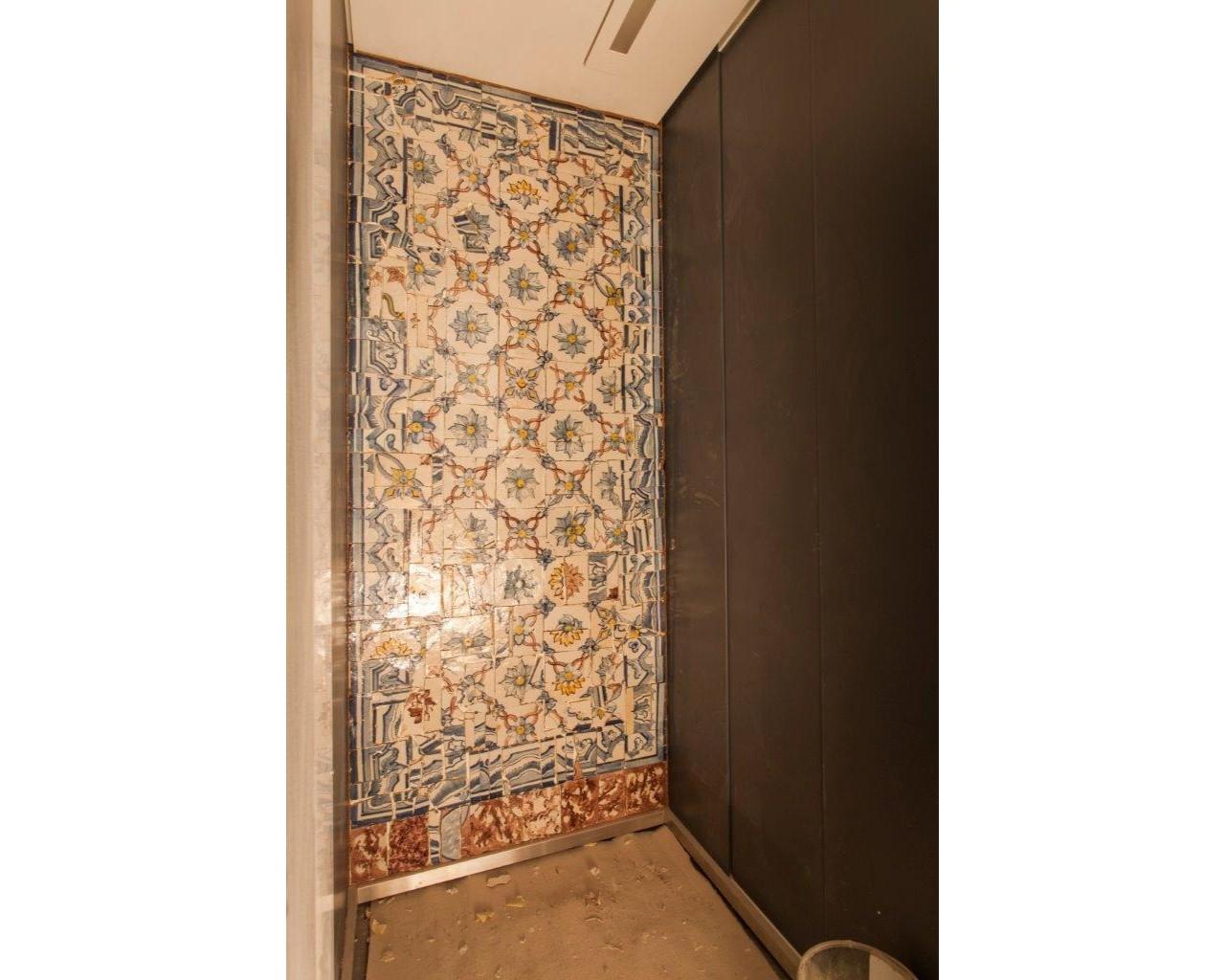 Elevador com azulejos restaurados