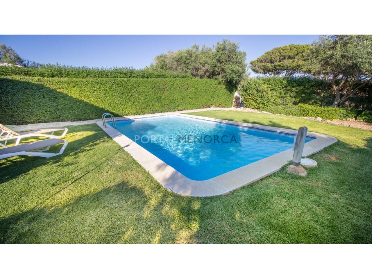 Chalet en venta con piscina y jardín en Biniancolla