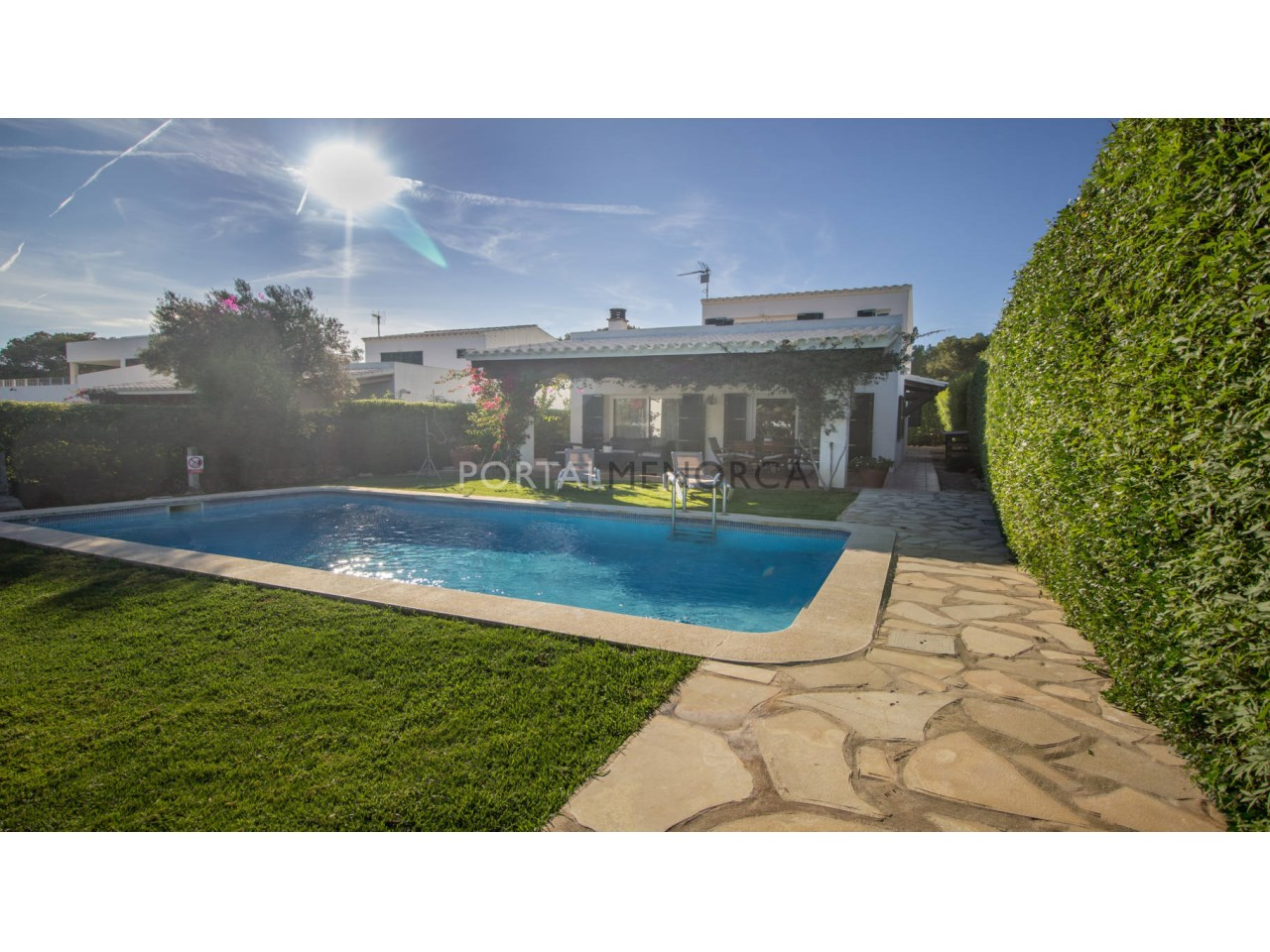 Chalet en venta con piscina y jardín en Menorca