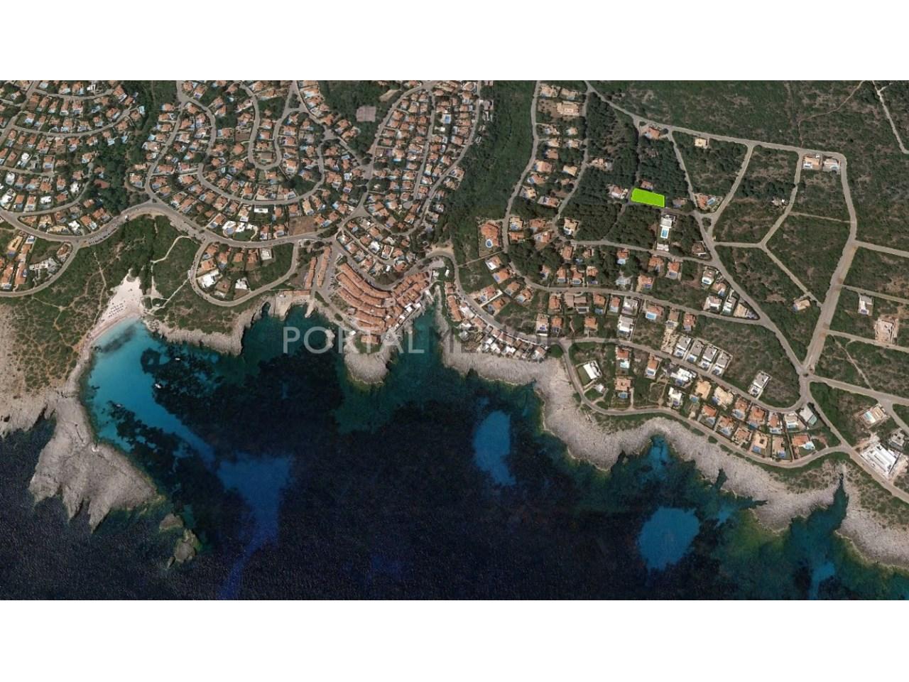 Amplia parcela urbana cerca del mar en venta en Menorca