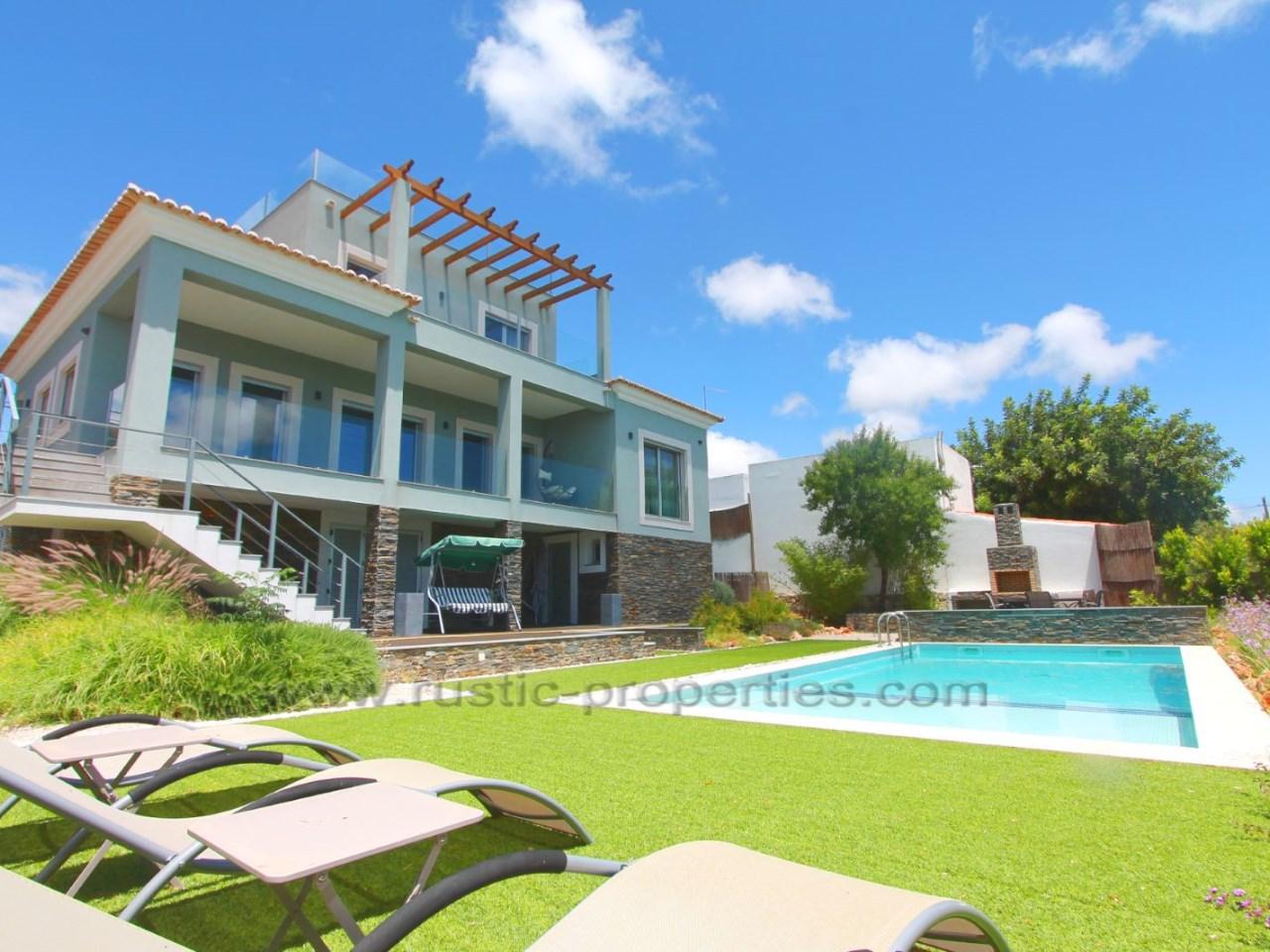 Villa de luxe moderne avec 3 + 1 chambres, piscine et vue ...