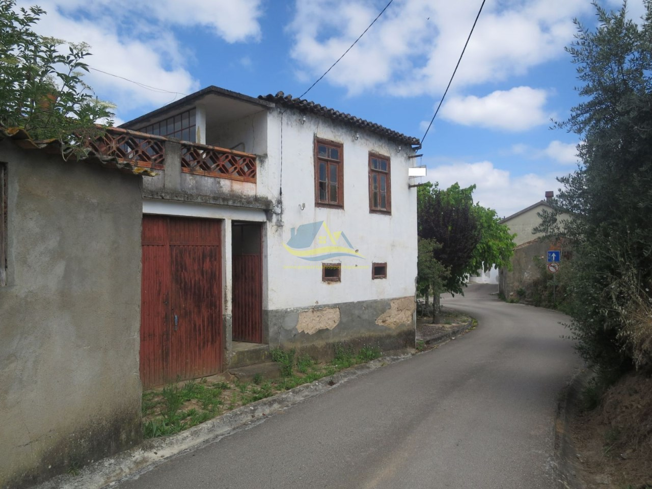 Detached property of stone construction, adega and land
