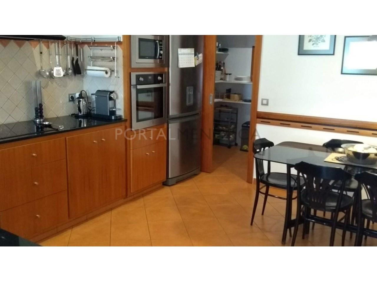 Amplia Casa con patio en venta en Ciutadella cocina.comedor
