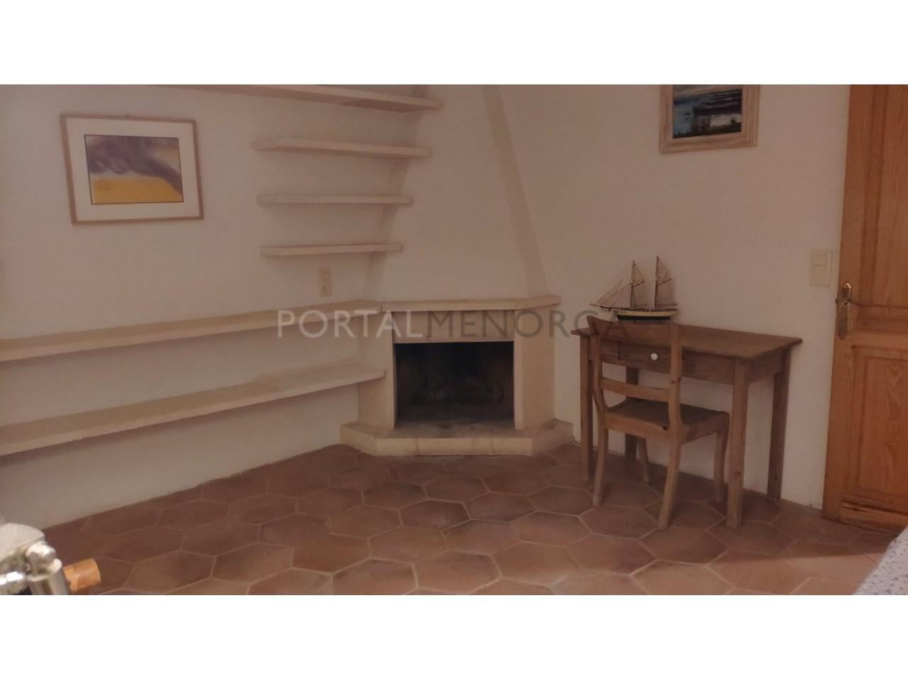 casa reformada en venta en Ciutadella de Menorca salón con chimenea 3 (FILEminimizer)