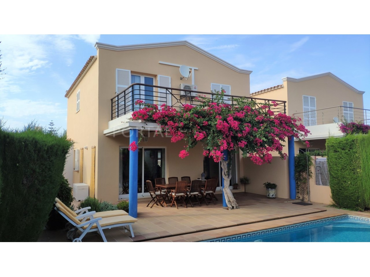 Villa for sale in Son Blanc - pool and facade