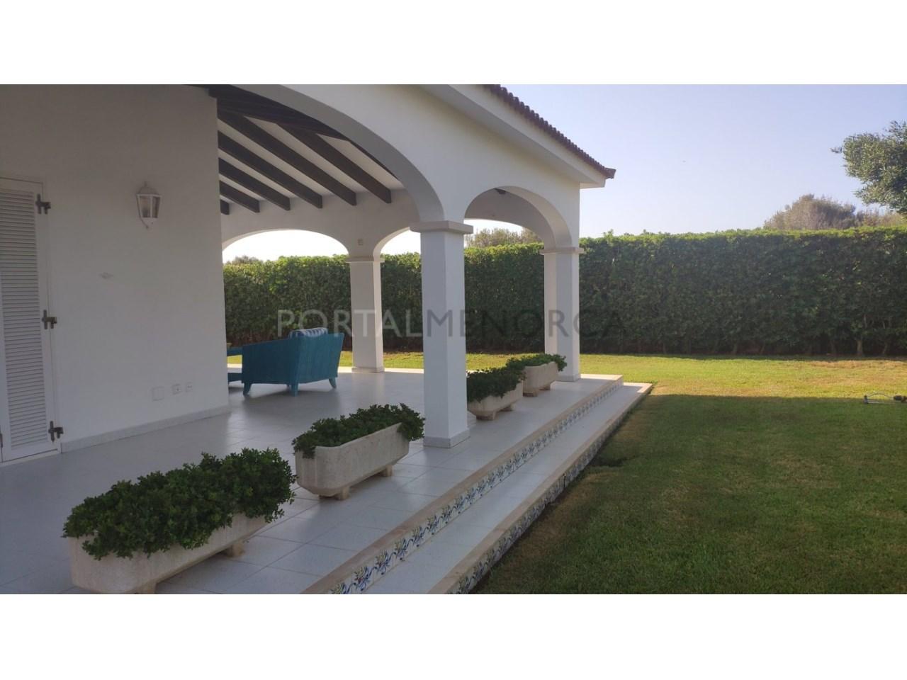 Chalet en venta en Calan Blanes con licencia turística Ciutadella Menorca - Terraza delantera