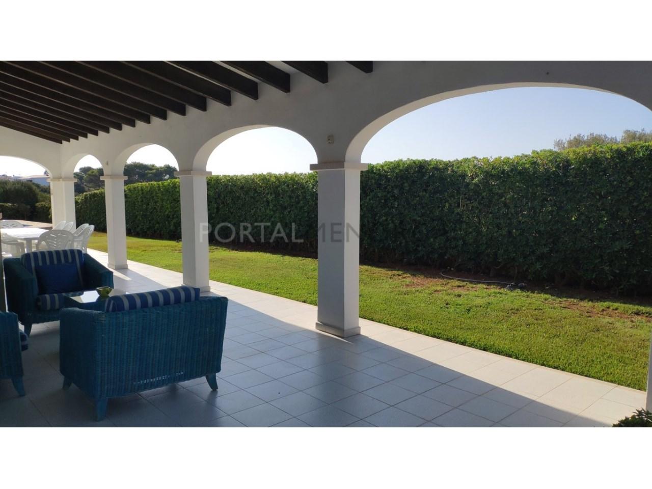 Chalet en venta en Calan Blanes con licencia turística Ciutadella Menorca - terraza lateral