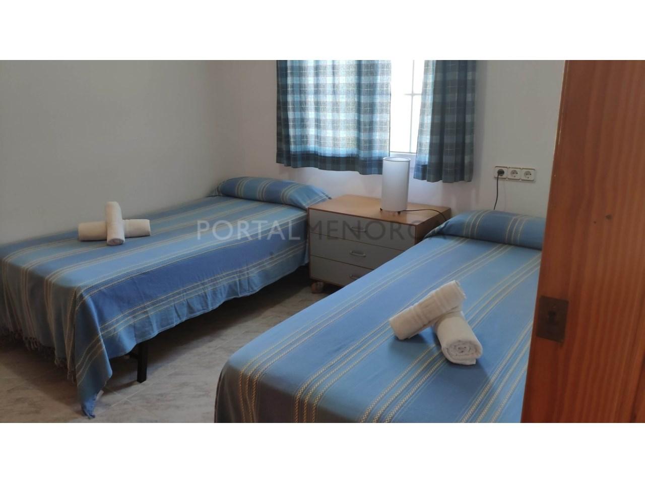 Chalet en venta en Calan Blanes con licencia turística Ciutadella Menorca - dormitorio en plana baja azul