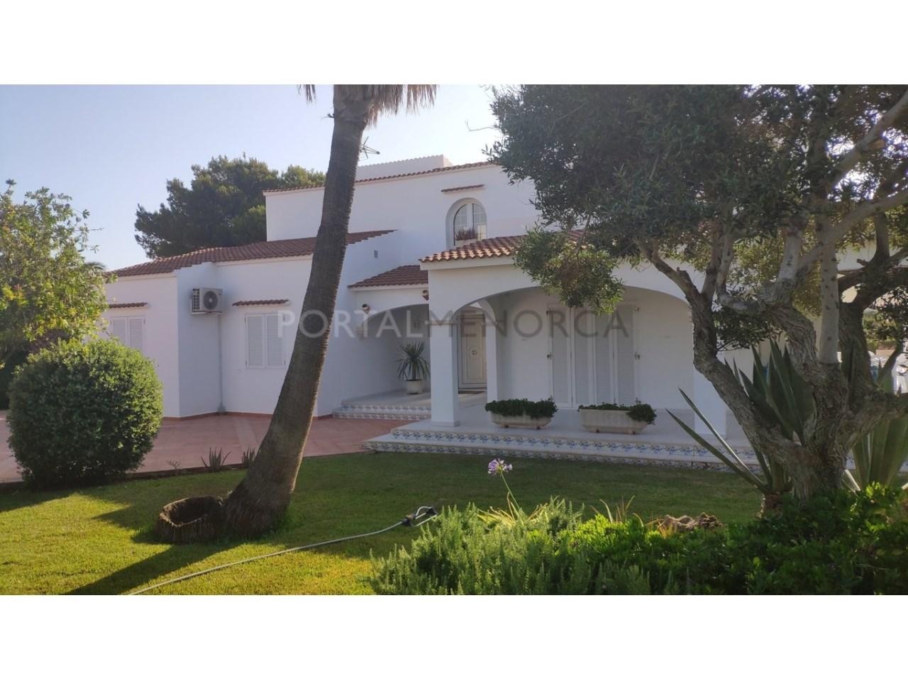 Chalet en venta en Calan Blanes con licencia turística Ciutadella Menorca - fachada entrada