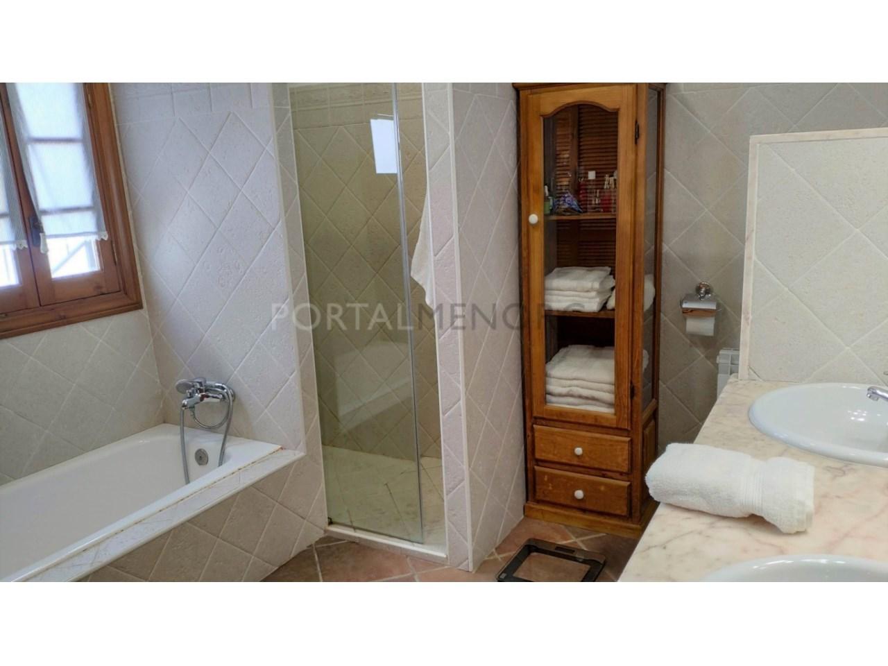 Casa con patio en venta en el casco histórico de Ciutadella - baño suite 1