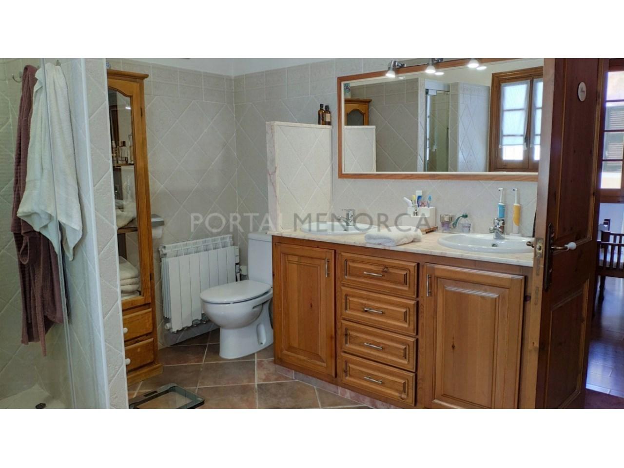 Casa con patio en venta en el casco histórico de Ciutadella - baño suite
