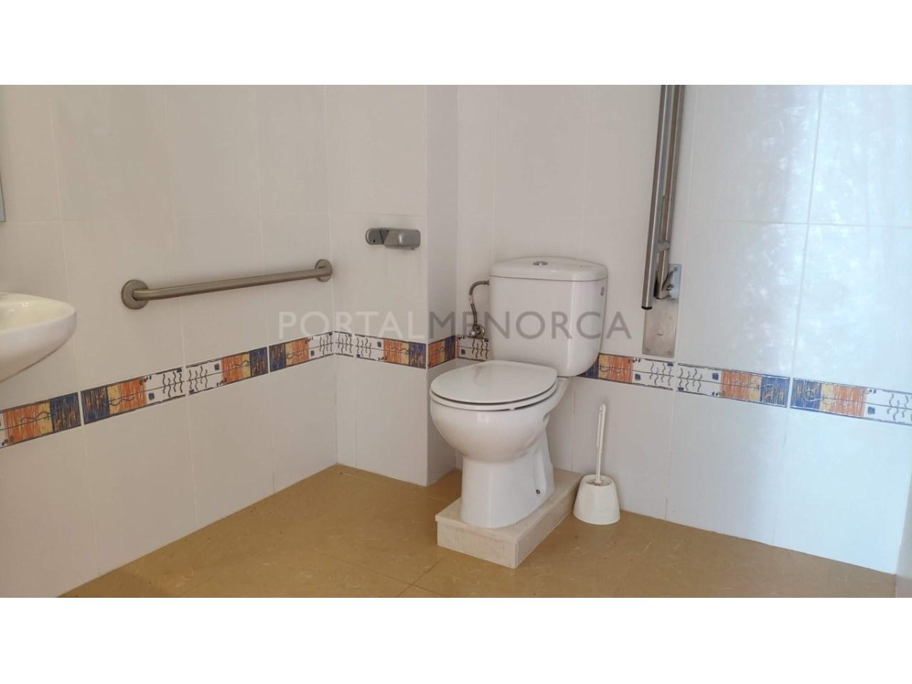 Local for sale in Ciutadella Menorca-Bathroom invalid