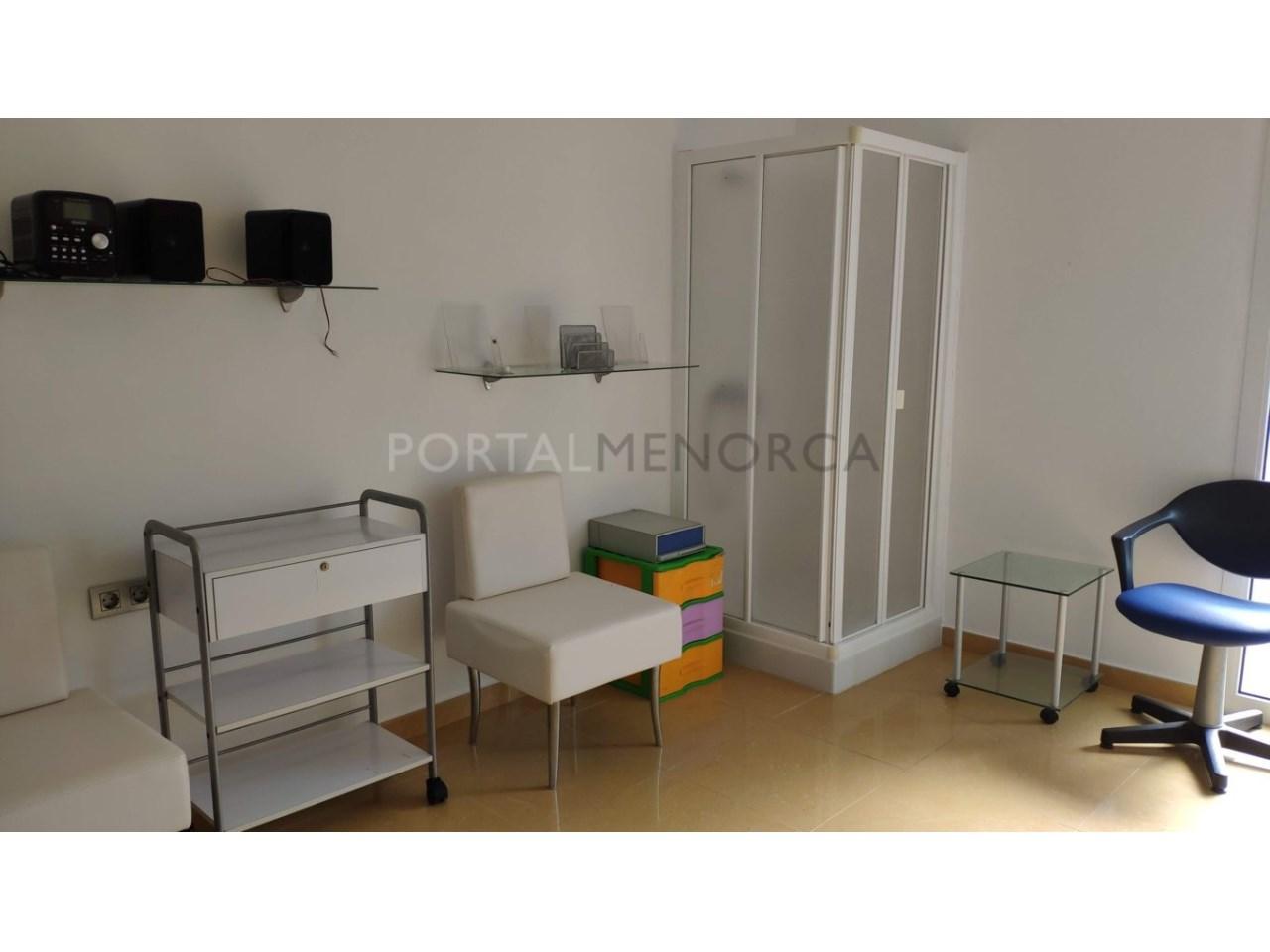 Local for sale in Ciutadella Menorca-Room with shower
