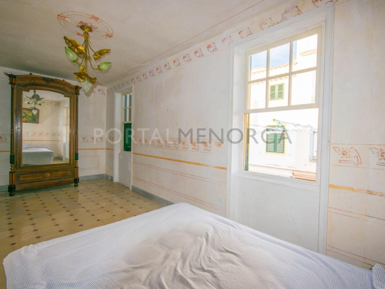 Grandes ventanas en el dormitorio principal