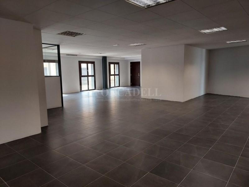 Alquiler de oficina ubicada en calle Colón, tiene 10