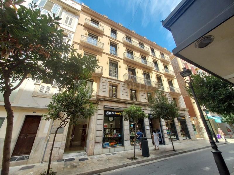 Alquiler de oficina ubicada en calle Colón, tiene 16
