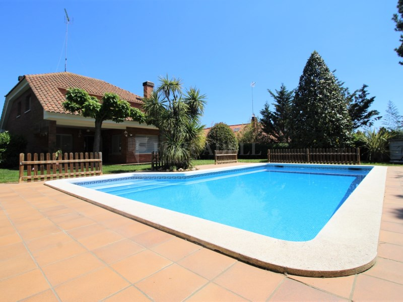 Casa amb jardí i piscina en venda a Canovelles