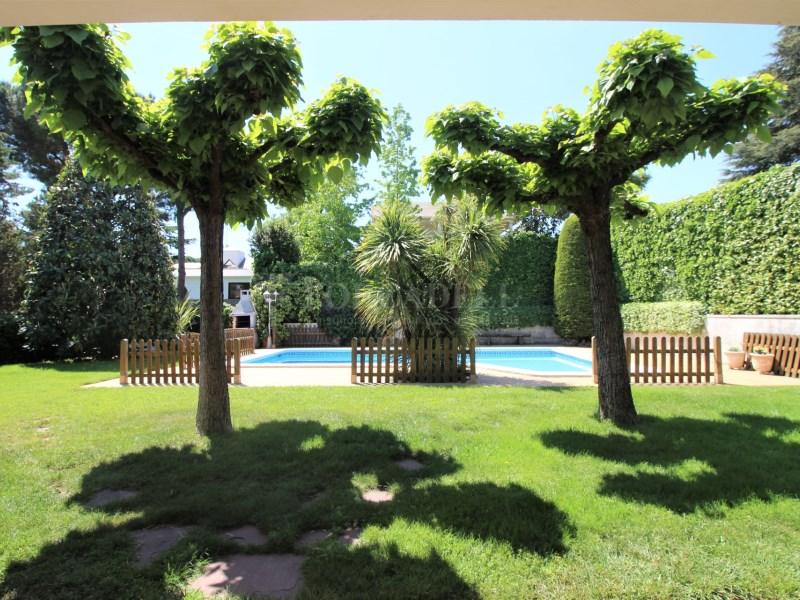 Casa amb jardí i piscina en venda a Canovelles 28