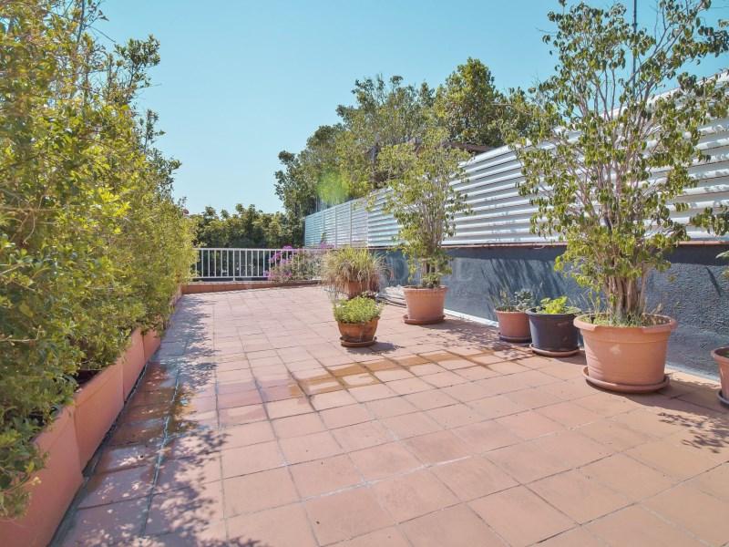 Àtic en Turó Park amb piscina privada i terrassa enjardinada 7