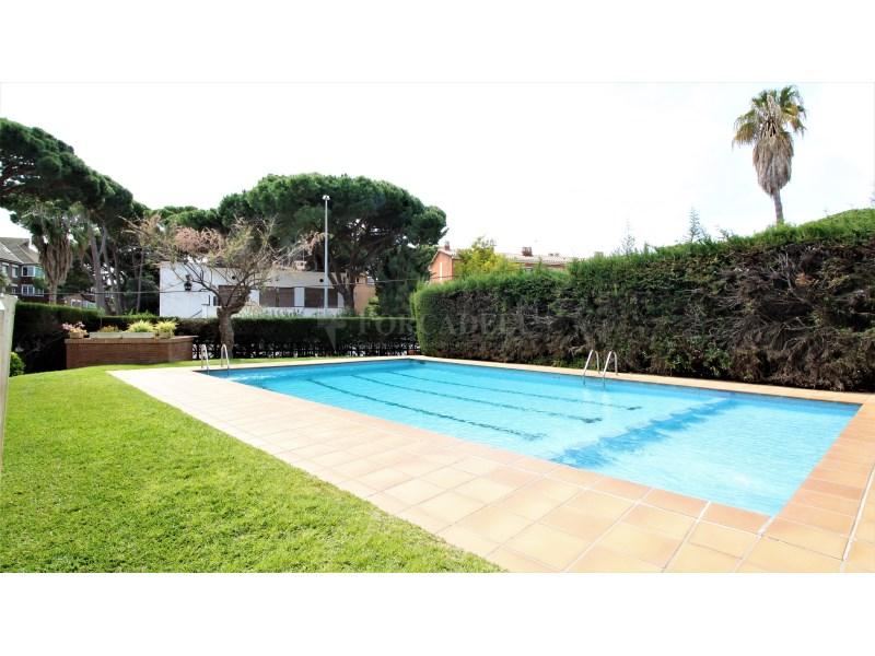 Fantástico piso de 3 habitaciones con piscina, parking y trastero en Gavà