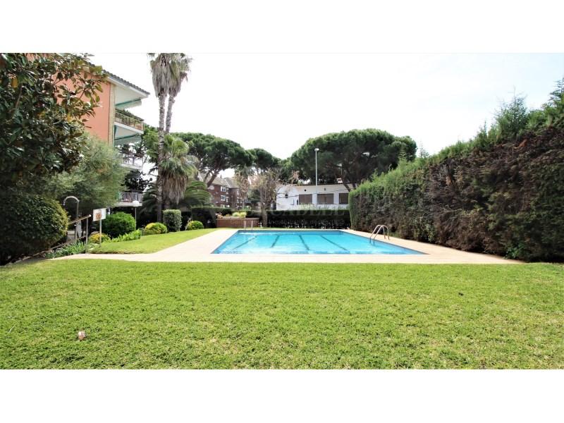 Fantástico piso de 3 habitaciones con piscina, parking y trastero en Gavà 32