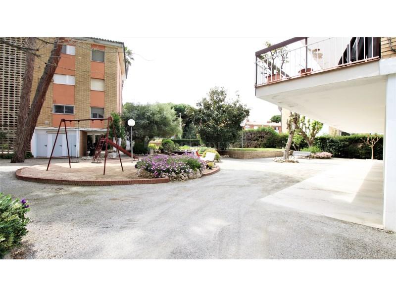 Fantástico piso de 3 habitaciones con piscina, parking y trastero en Gavà 34
