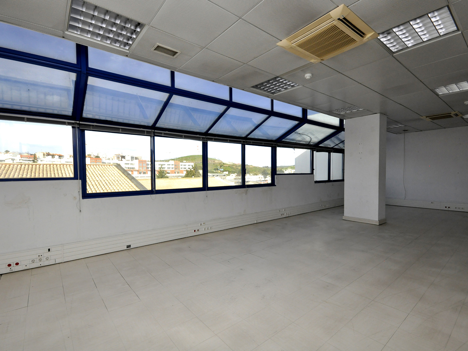 Building 4 floors with land and private parking, Carnaxide