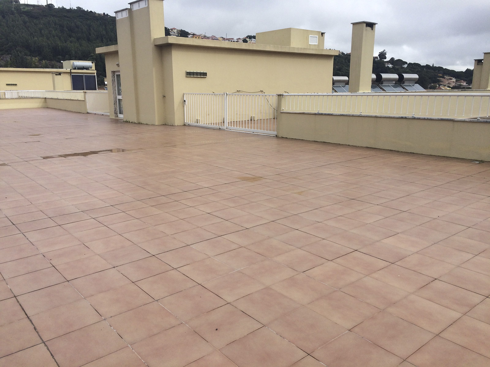 Building in Odivelas with three apartments