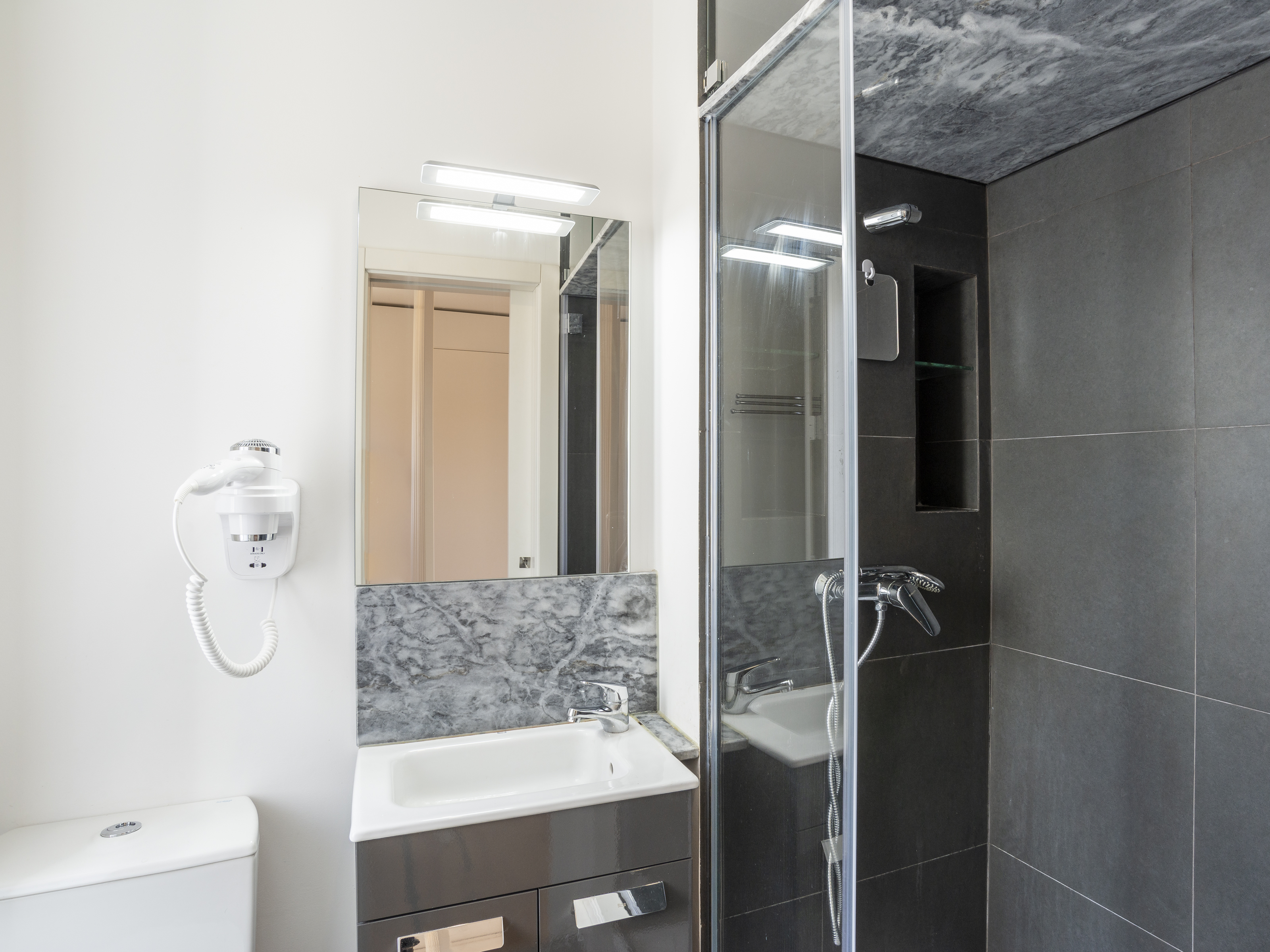 למכירה – דירת סטודיו חדשה ומרוהטת, ליסבון