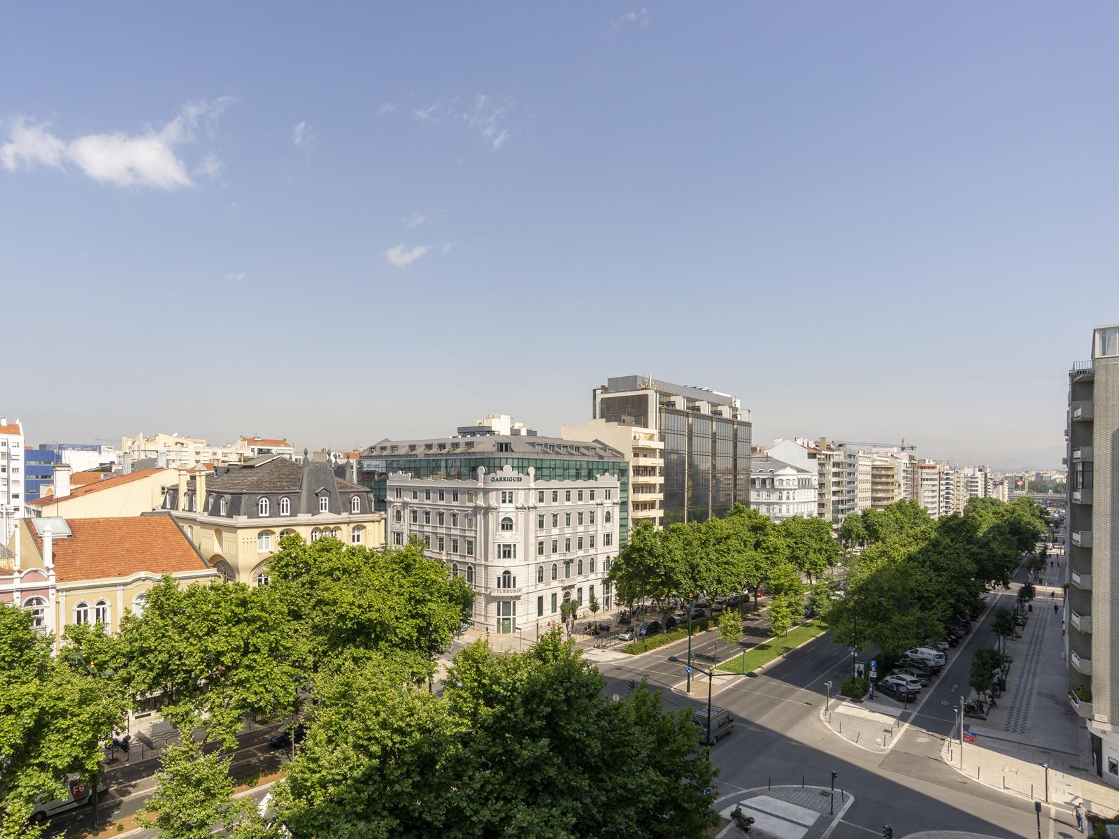 Refurbished Apartment in Avenida da República (São Sebastião da Pedreira) – 180 m²