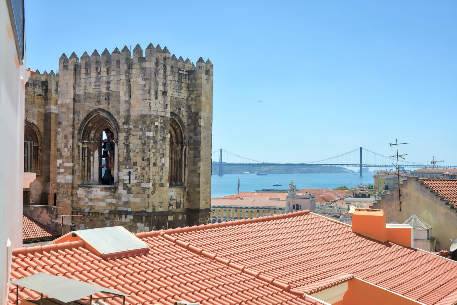 2-BEDROOM APARTMENT WITH RIVER VIEW IN LISBON HISTORIC CENTRE