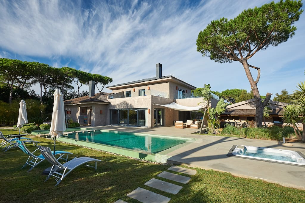 CONTEMPORARY 5-BEDROOM VILLA WITH POOL IN CASCAIS